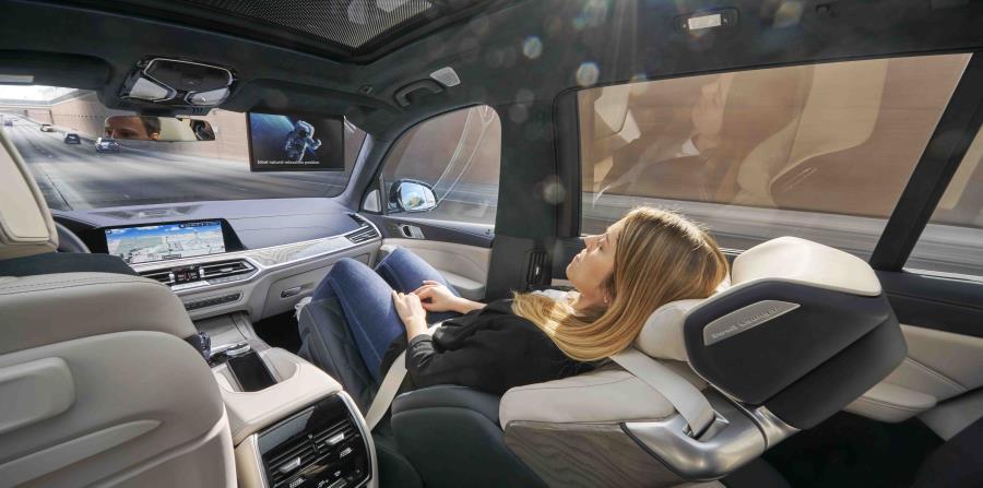 Dos modelos BMW X7 equipados con el ZeroG Lounger se exhiben en el CES 2020 y se pueden tomar para una prueba de manejo. El lujoso asiento se puede inclinar 40 o 60 grados hacia atrás en una cómoda posición reclinada. (Suministrada)