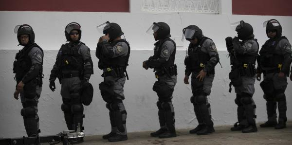 Custodian La Fortaleza ante protesta contra la gestión de los suministros
