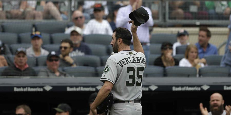 El abridor de los Astros de Houston Justin Verlander levanta su gorra al salir del juego contra los Yanquis de Nueva York en la séptima entrada en Nueva York. (AP) (horizontal-x3)