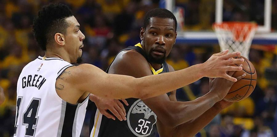 Durant intenta un pase ante la defensa de su rival de los Spurs de San Antonio Danny Green (14) durante la primera ronda de los playoffs de la NBA. (AP / Ben Margot) (horizontal-x3)