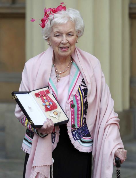 Fotografía de archivo del 16 de noviembre de 2017 de la actriz británica y estrella de Comedia June Whitfield después de que la nombraran Dama, el equivalente femenino al título británico de Caballero. (vertical-x1)