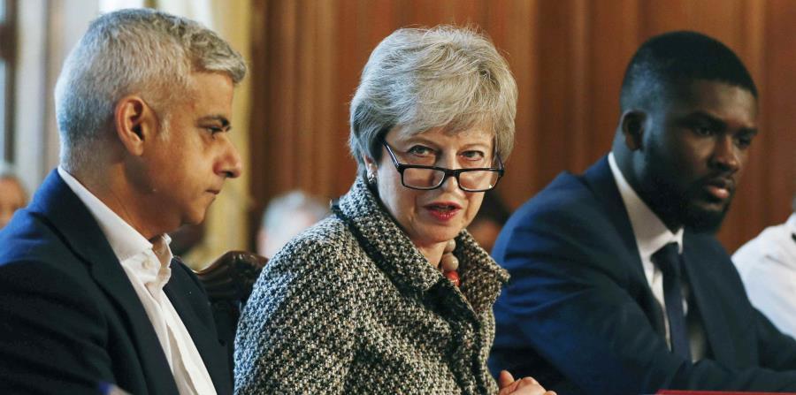 Los jefes de la diplomacia de Francia y Alemania urgieron este martes a la primera ministra británica, Theresa May (centro), a tomar una decisión sobre la salida del Reino Unido de la Unión Europea. (AP) (horizontal-x3)
