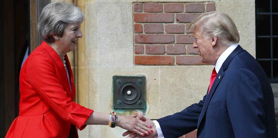 La primera ministra británica Theresa May, izquierda, recibe al presidente estadounidense Donald Trump en Chequers, Inglaterra, viernes 13 de julio de 2018. (AP (horizontal-x3)