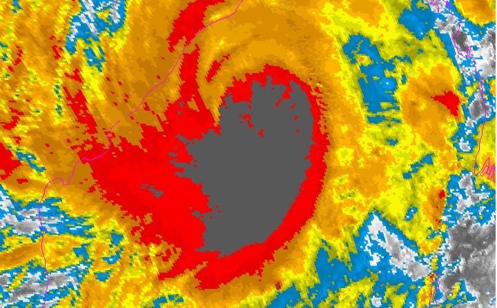 Imagen del satélite infrarrojo que muestra la extensa formación de nubes de Amphan. (NOAA)