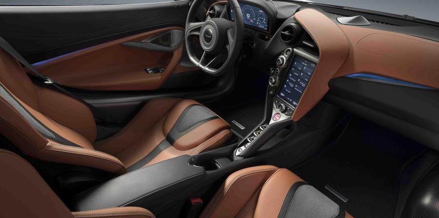 Por dentro, este modelo hace uso de fina piel en los asientos y toda la consola y panel de instrumentos, así como un sinnúmero de controles en aluminio. (Suministrada)