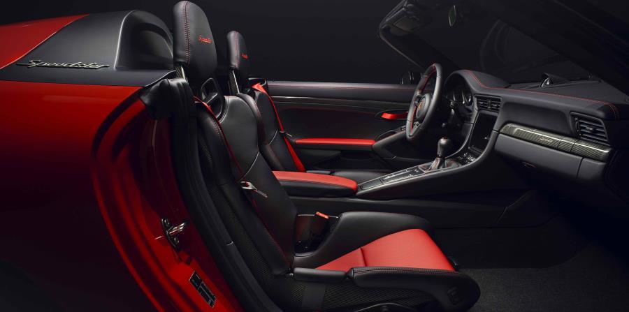 En contraste con la versión 'Heritage' presentada anteriormente, en el interior fue utilizado parcialmente el cuero negro perforado con toques en rojo.
