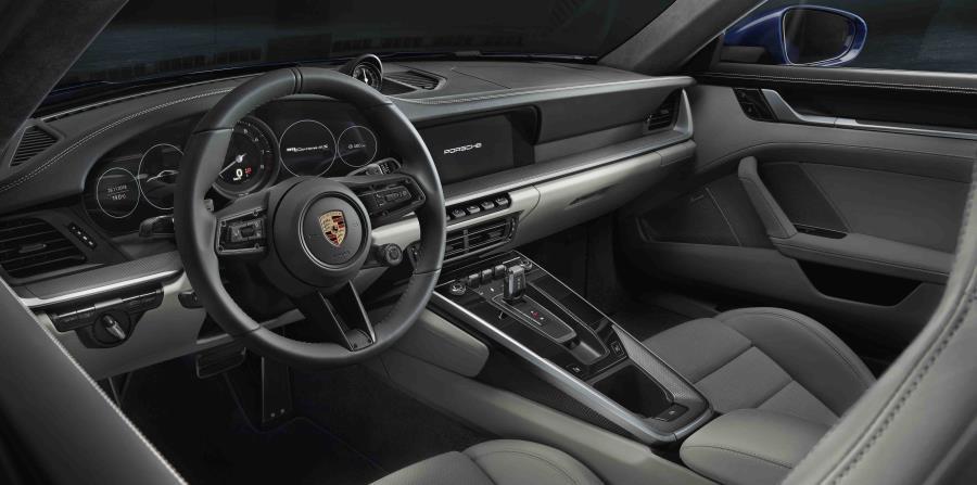 El interior es completamente nuevo y se caracteriza por las líneas rectas y bien definidas del tablero, con los instrumentos integrados en él.