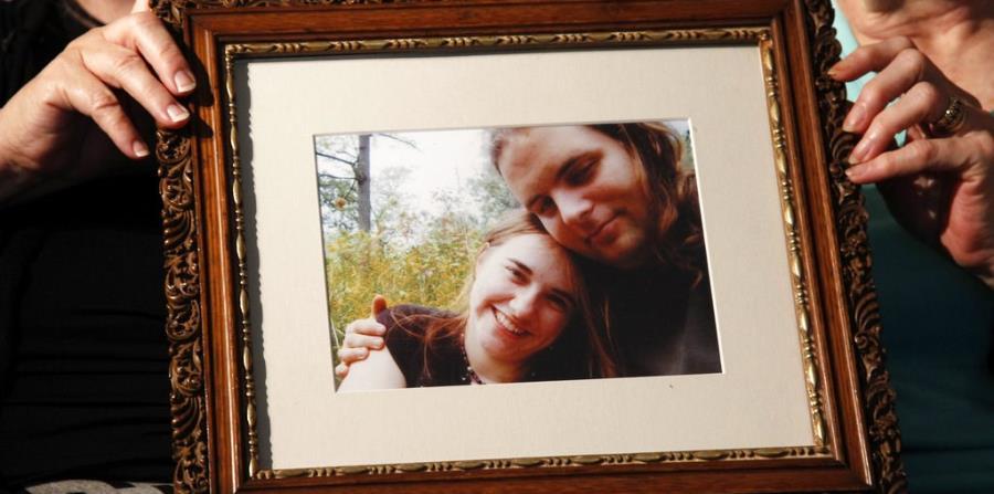 Foto tomada el 4 de junio de 2014 en la que familiares sujetan un retrato de Joshua Boyle y su esposa Caitlan Coleman (AP). (horizontal-x3)