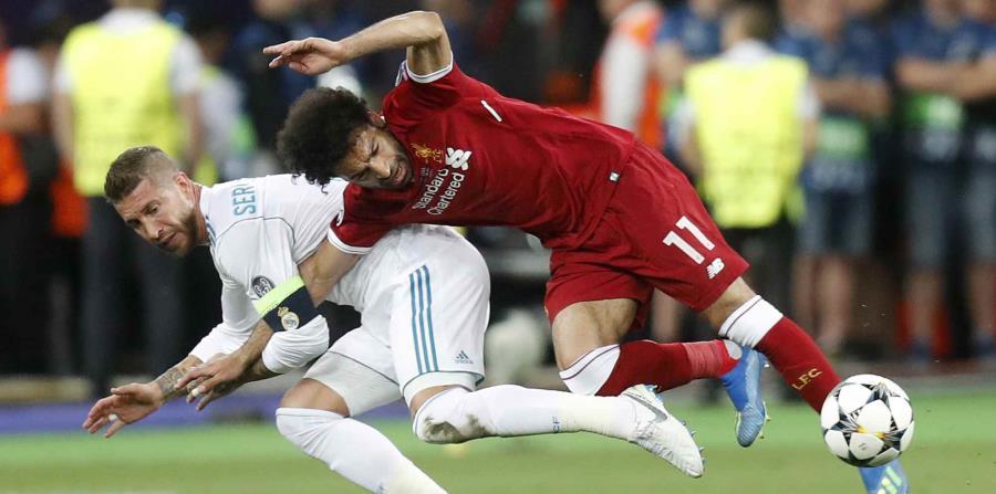 En esta foto del 26 de mayo del 2018, el zaguero de Real Madrid Sergio Ramos, izquierda, le comete una falta al delantero de Liverpool Mohammed Salah en la final de la Liga de Campeones en el Olimpiyskiy Stadium en Kiev, Ucrania. (AP) (horizontal-x3)