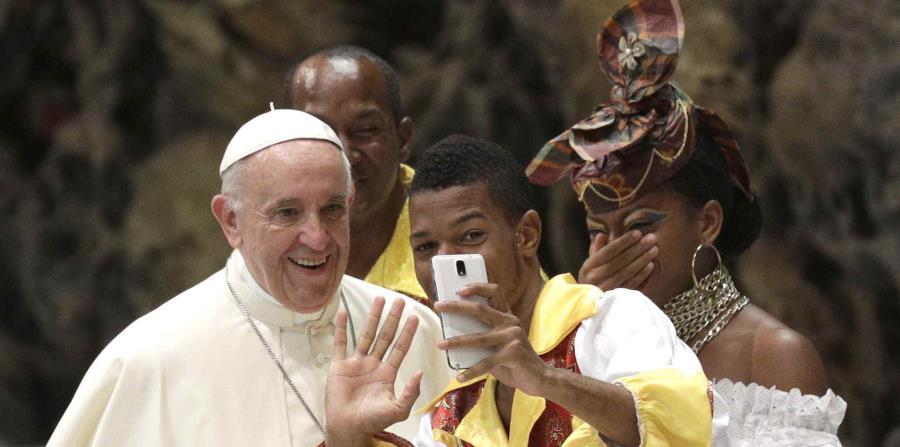 Un joven se toma un selfie con el papa Francisco. (AP) (horizontal-x3)