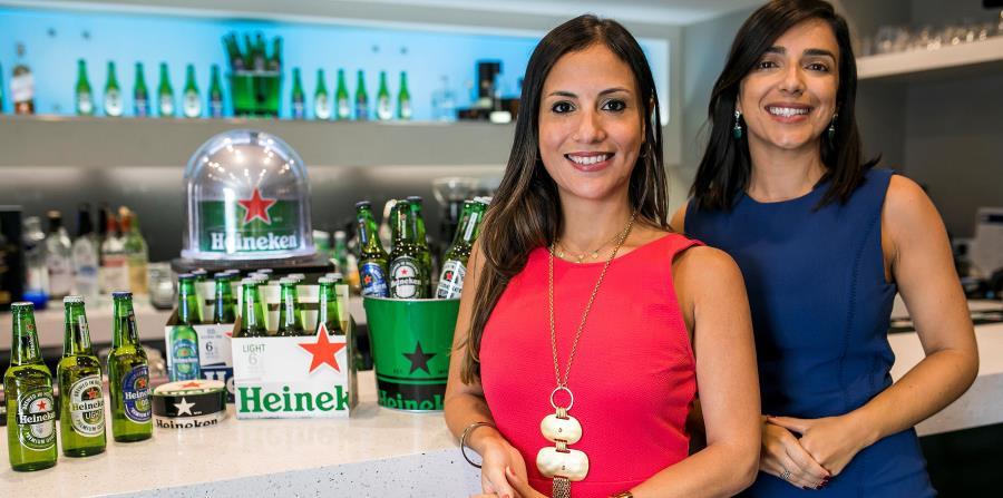 Jolliam Berrios, gerente de Mercadeo, Licores & Cervezas para Méndez & Co.;  junto a Bianca Gorbea, gerente de Exportaciones de Heineken en Puerto Rico. (Suministrada) (horizontal-x3)