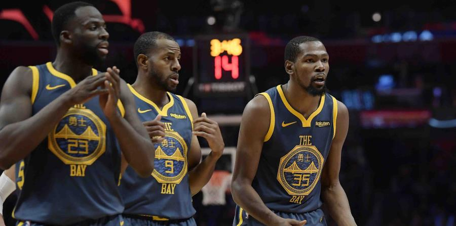 Draymond Green, Andre Iguodala y Kevin Durant reaccionan durante el partido ante los Clippers. (AP) (horizontal-x3)