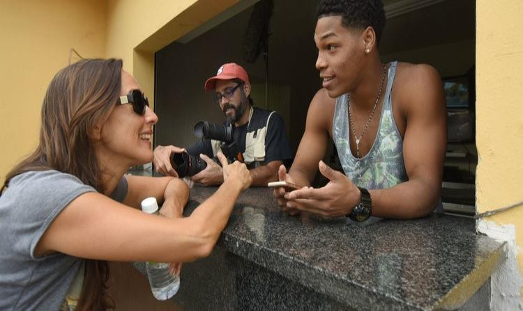 La directora charlando con un actor y un camarógrafo durante la filmación de la obra. (Suministrada)