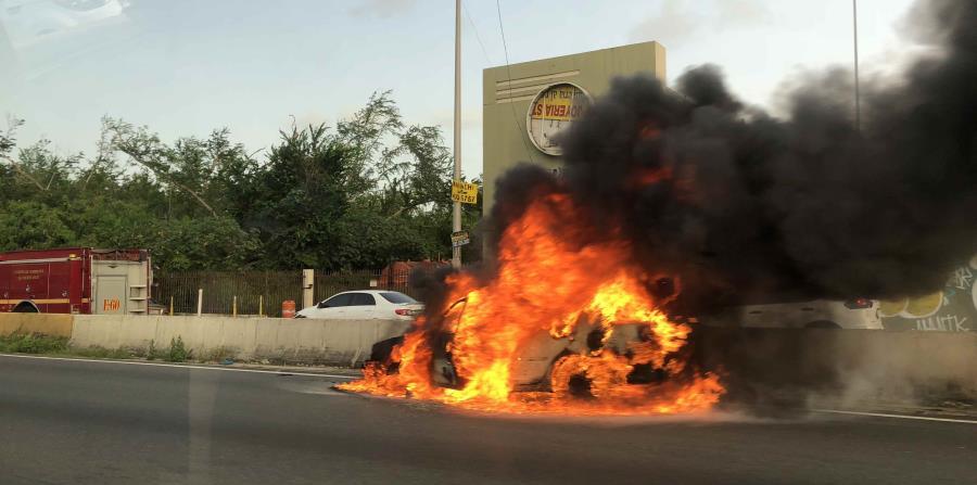 El fuego destruyó en su totalidad un automóvil estacionado a la orilla del expreso Román Baldorioty de Castro. (Suministrada) (horizontal-x3)