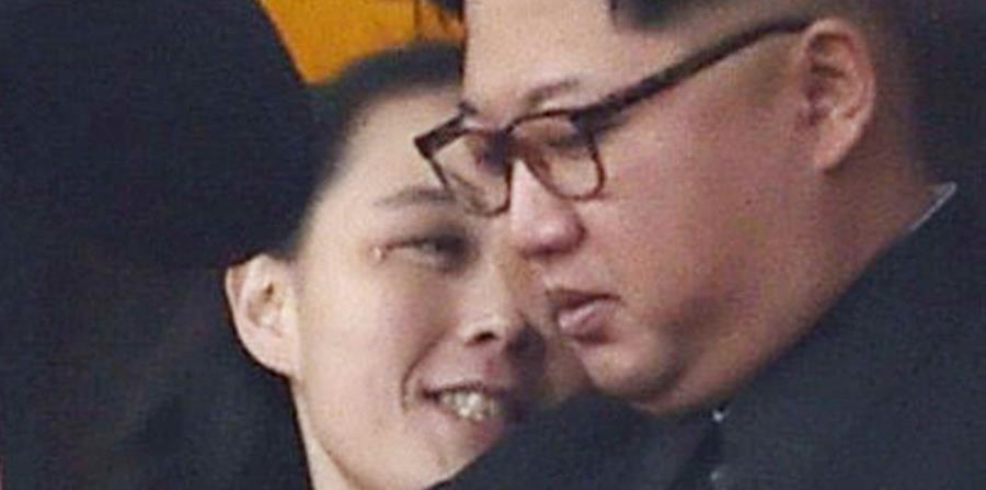 Kim Yo Jong (derecha), hermana del líder de Corea del Norte, Kim Jong Un, fotografiada durante la inauguración oficial del complejo residencial de Ryomyong, en Pyongyang, Corea del Norte. (horizontal-x3)