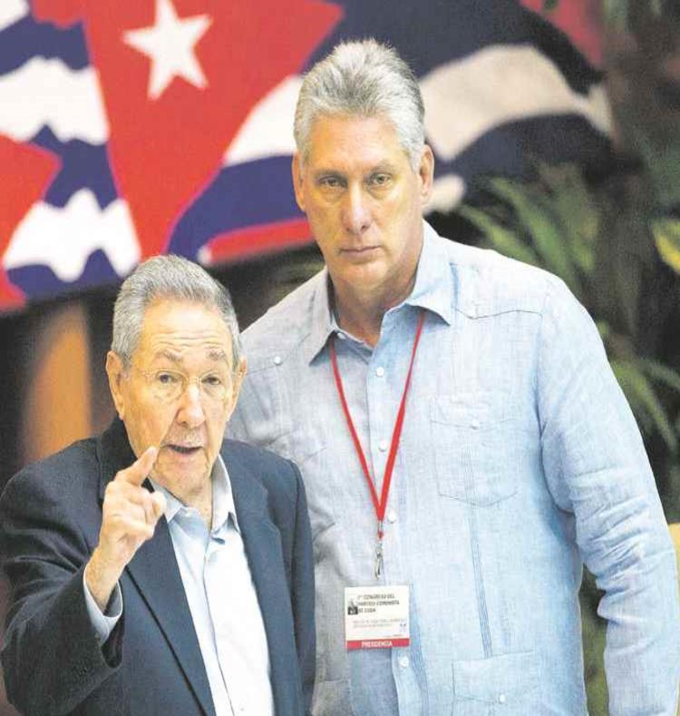 Miguel Díaz-Canel (der.) realizará escalas en varias capitales de Europa occidental que no fueron especificadas. (Ismael Francisco / Cubadebate vía AP) (semisquare-x3)
