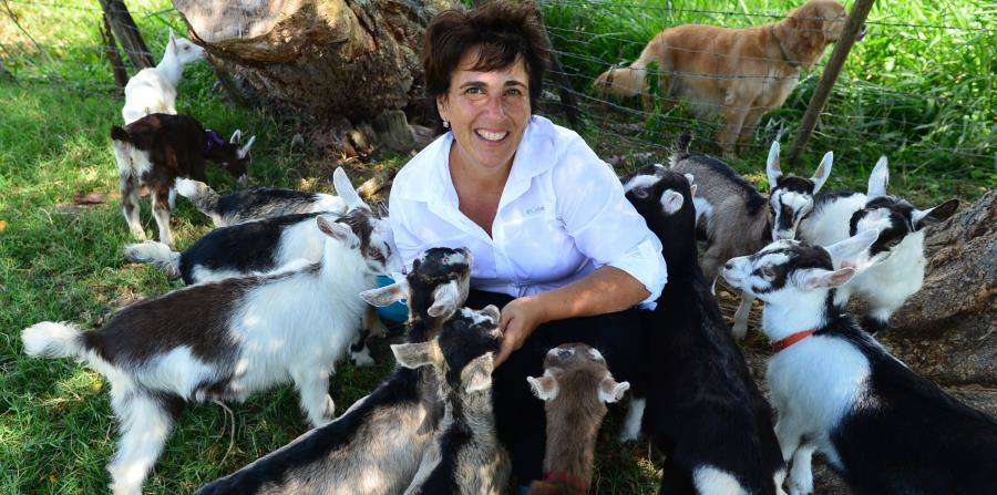 María Teresa Juan-Urrutia con varias de sus cabritas en la Hacienda Renacer. (horizontal-x3)