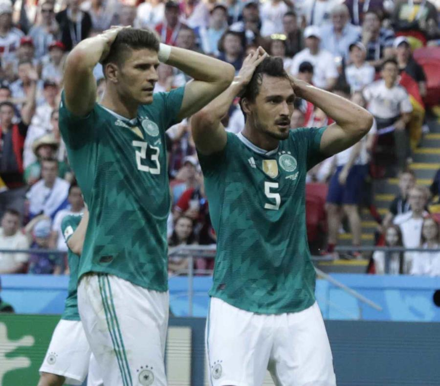 Mario Gomez y Mats Hummels, de Alemania, reaccionan luego de fallar un gol contra Corea del Sur. (AP) (semisquare-x3)