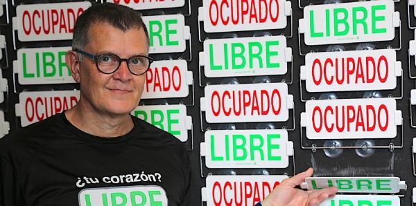 Bernardo Medina expone una pieza en la Fábrica de Arte Cubano