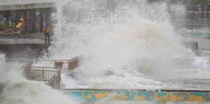 Impresionantes imágenes de la marejada en el Frente Marítimo de Cataño