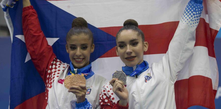 Giuliana Cusnier (izq.) y Ana Patricia Aponte muestran las medallas que capturaron en la gimnasia rítmica. (horizontal-x3)