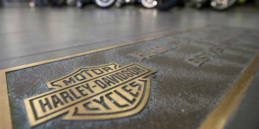 Varias motocicletas Harley-Davidson formadas detrás de un logotipo de la empresa en el piso de una sala de exhibición en Glenshaw, Pensilvania (horizontal-x3)