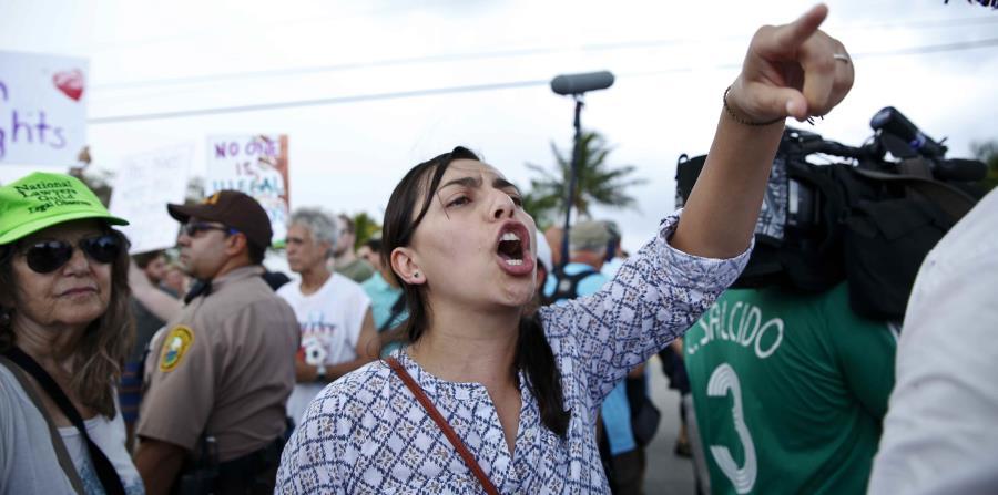 Una manifestante grita a un partidario del presidente Donad Trump. (horizontal-x3)