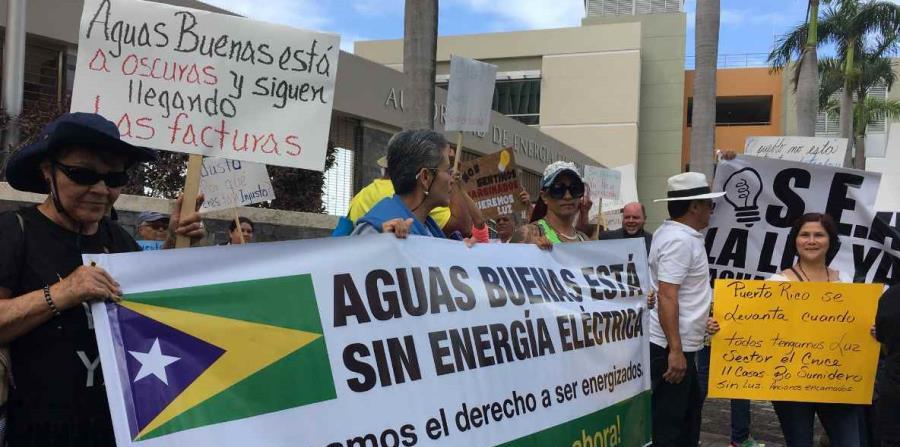 """Los manifestantes cargaron pancartas que leían: """"Reclamamos el derecho a ser energizados"""". (horizontal-x3)"""