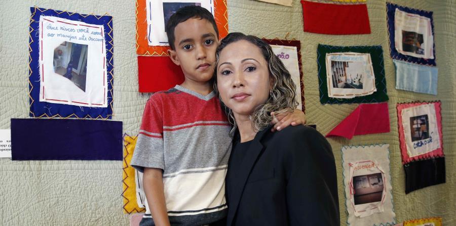 Una brasileña, quien pidió ser identificada solo por las iniciales W.R., posa al lado de su hijo A.R., de 9 años, tras una conferencia de prensa en el Centro de Trabajadores Brasileños en Boston. (AP) (horizontal-x3)
