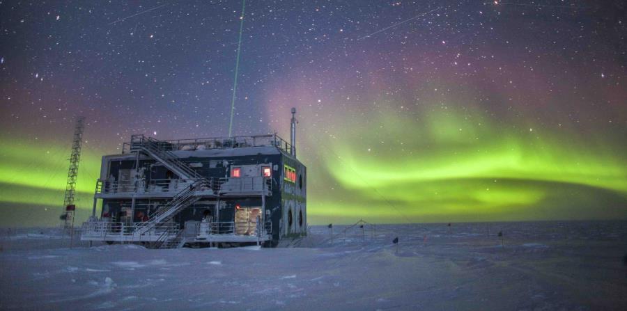 Auroras australes cerca del Observatorio de Investigación Atmosférica del Polo Sur en la Antártida (horizontal-x3)