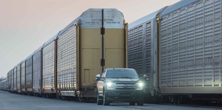 La camioneta Ford F-150 totalmente eléctrica, remolcó 10 vagones de tren de dos pisos y 42 unidades de F-150 2019, con un peso total de un millón de libras.  (Suministrada)
