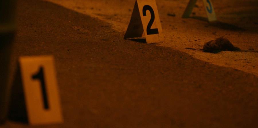 Agentes del cuartel de Patillas y de la División de Homicidios de la región policiaca de Guayama investigan el incidente. (horizontal-x3)