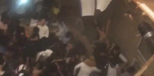 El piso de un apartamento colapsa mientras una multitud bailaba