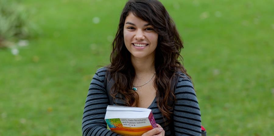Cruz Hernández, estudiante de Ciencias Ambientales de la Facultad de Ciencias Naturales de la UPR-RP, aspira a realizar un doctorado en ecología de enfermedades.  (horizontal-x3)