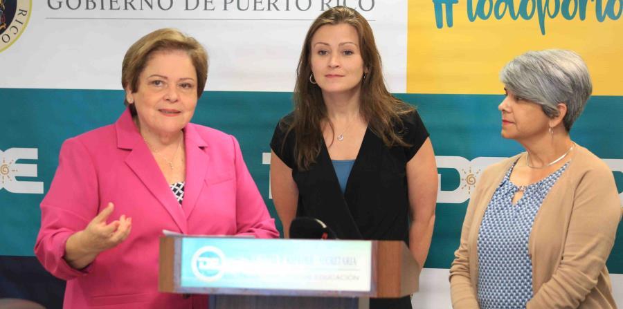 Desde la izquierda, Aida Díaz, presidenta de la Asociación de Maestros; la secretaria de Educación, Julia Keleher, y Gretchen Toledo, del sindicato de la Asociación de Maestros. (horizontal-x3)