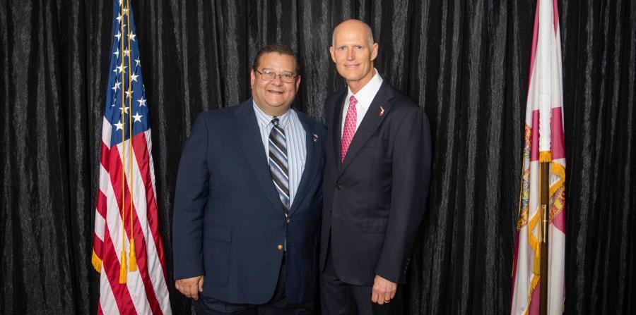 Ángel S. Urbina, de 47 años, (junto al gobernador de Florida Rick Scott) es el único hispano y puertorriqueño que persigue llenar la silla del Distrito 5. (Suministrada) (horizontal-x3)