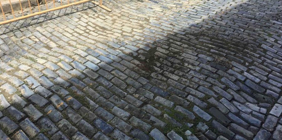 El municipio rellenó el hundimiento de adoquines entre dos calles del Viejo San Juan