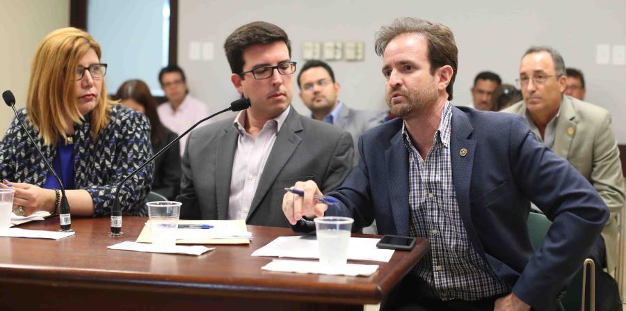En la foto, la abogada Miriam Estefan, del DTOP; Pedro Bello, del DACO, y el ingeniero Jorge José Fuentes, de la Asociación de Contratistas Generales. (horizontal-x3)