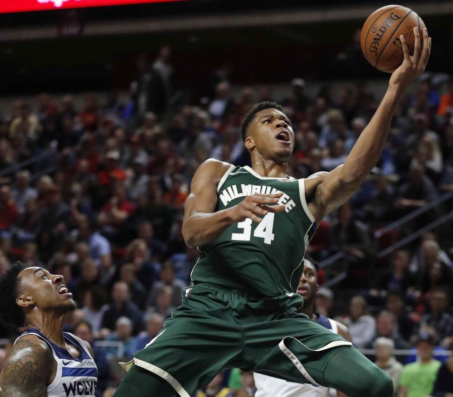 El  delantero Giannis Antetokounmpo (con el balón), de los Bucks de Milwaukee, debe de continuar con su ascendente ejecución en cancha en su sexta campaña en la NBA. (AP / Charlie Neibergall) (semisquare-x3)