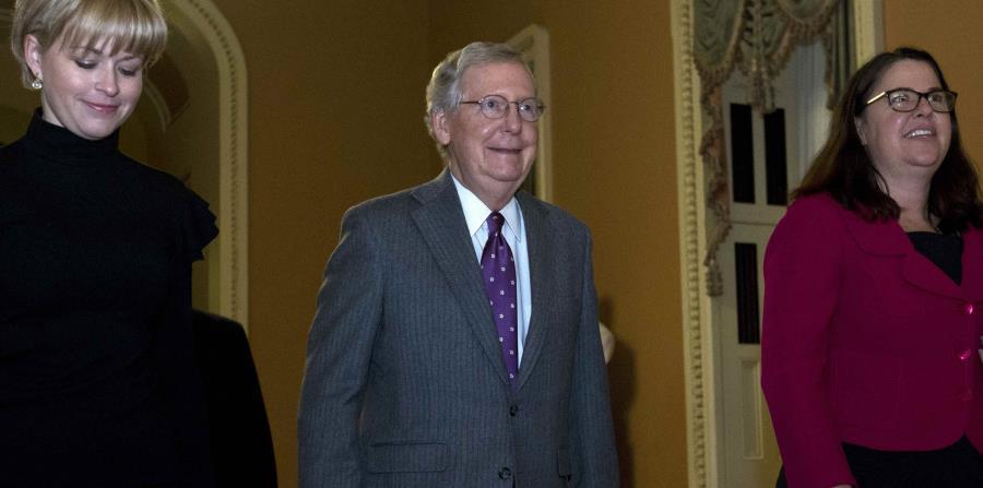 El líder de la mayoría republicana en el Senado, Mitch McConnell, se dirige al hemiciclo para la votación. (AP / José Luis Magana) (horizontal-x3)