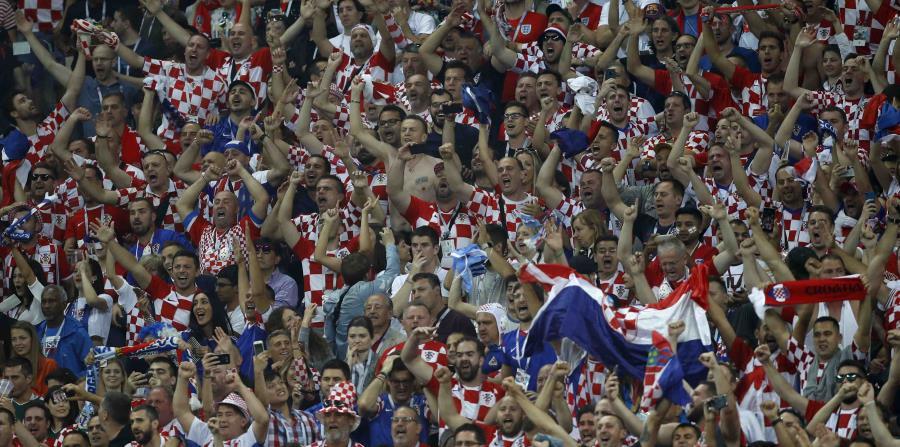 Fanáticos croatas en el partido semifinal entre Inglaterra y Croacia en el estadio Luzhniki en Moscú. (AP) (horizontal-x3)