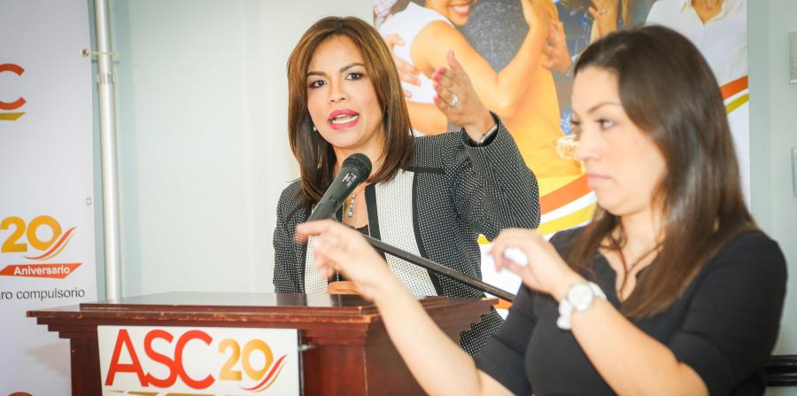 A la izq., la directora ejecutiva de ASC, Nereida Carrero Muñiz, estuvo acompañada por una intérprete de señas mientras se dirigió a los presentes. (Suministrada) (horizontal-x3)