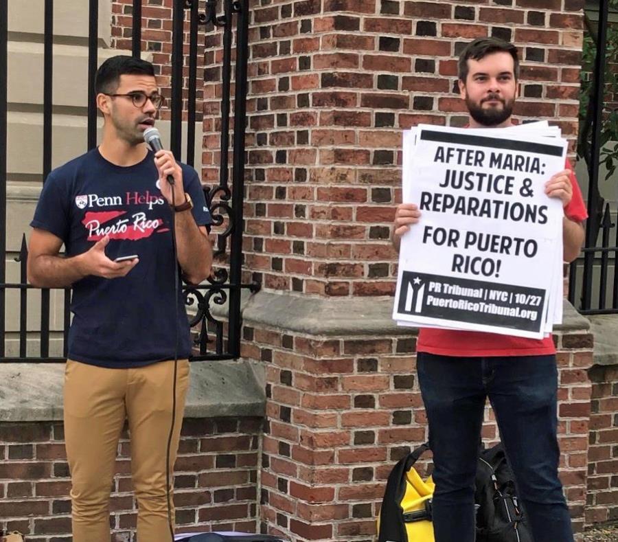 El boricua Adrián Rivera Reyes, a la izquierda, participó en una manifestación, en Filadelfia, para reclamar atención hacia Puerto Rico tras el paso del huracán María por la isla. (Suministrada) (semisquare-x3)