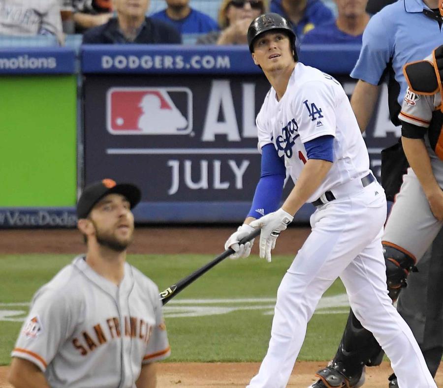 El puertorriqueño Enrique Hernández, izquierda, de los Dodgers de Los Ángeles, pega un jonrón de dos carreras ante los Gigantes de San Francisco. (AP) (semisquare-x3)