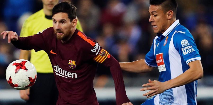 El delantero argentino del FC Barcelona Lionel Messi con el balón ante el defensa nicaragüense del Espanyol Óscar Duarte durante el partido de ida de los cuartos de final de Copa del Rey. (EFE / Alejandro García) (horizontal-x3)