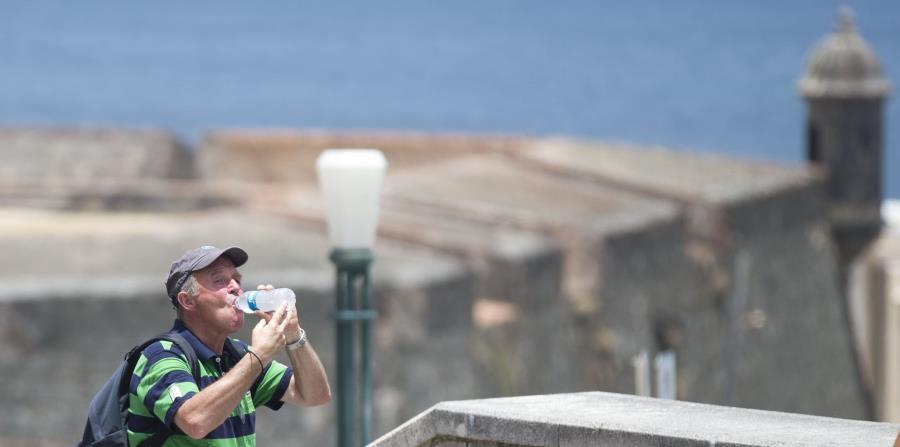 Un turista toma agua mientras camina por las murallas de El Morro. (GFR Media) (horizontal-x3)