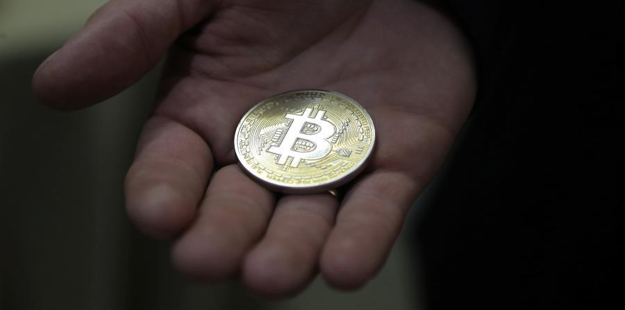 El precio de la moneda digital más popular llegó a caer hasta los 16,682 millones dólares durante la jornada de hoy en los mercados nipones antes de recortar pérdidas. bitcoin (horizontal-x3)