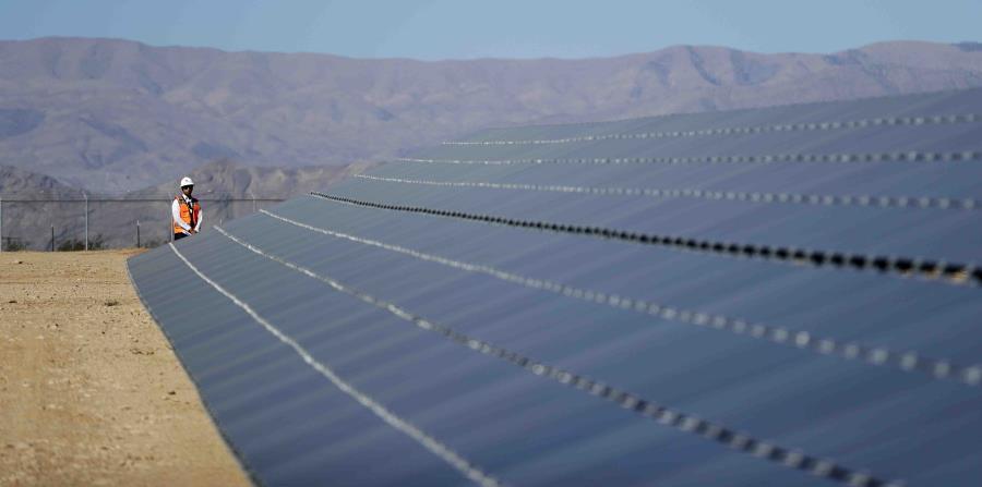 campo de producción de energía solar en Las VEgas (horizontal-x3)