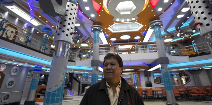 """Valerio Condori posa para una foto en el salón de su mini mansión, llamada """"El gigante de hierro"""", construida para parecerse a un robot de caricaturas en El Alto, Bolivia. (horizontal-x3)"""