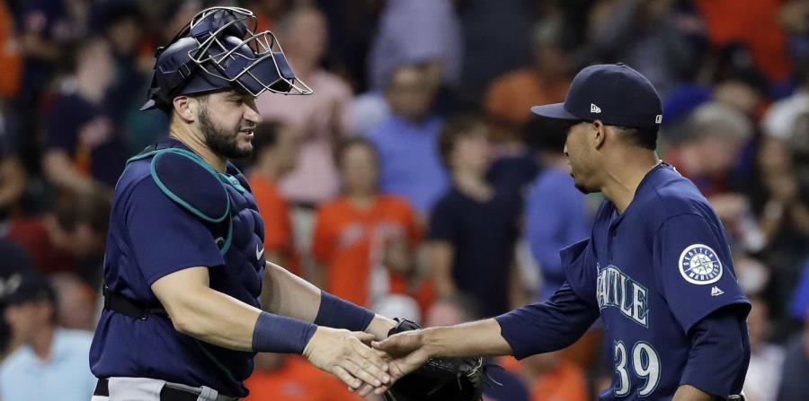 El receptor de los Marineros, Mike Zunino, saluda al boricua Edwin Díaz al concluir el partido ante los Astros. (AP) (horizontal-x3)
